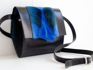 Foto van kleine schoudertas van stevig rundleer/springbokvacht en profil