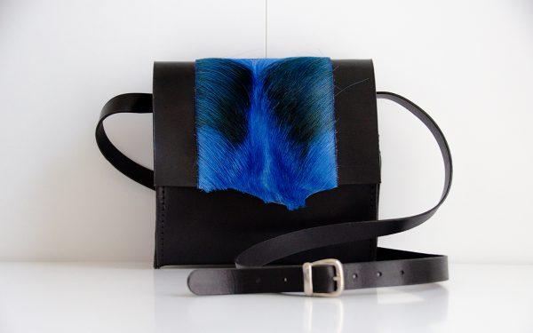 Foto van kleine schoudertas van stevig rundleer/springbokvacht voorkant