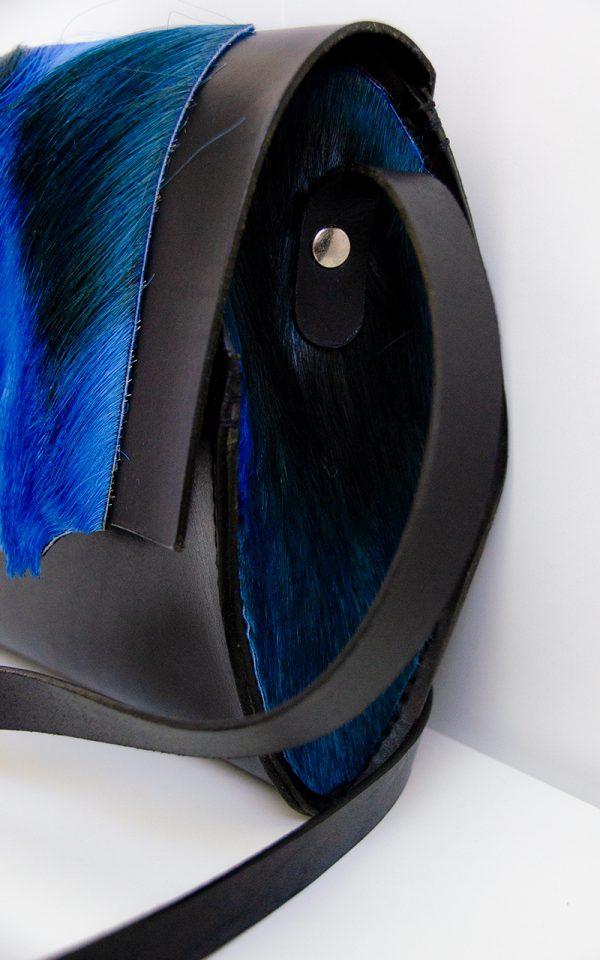 Foto van kleine schoudertas met stevig rundleer/springbokvacht zijkant